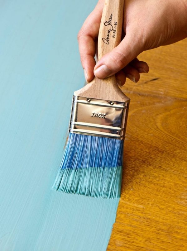Annie-Sloan-painting-Chalk-Paint-in-Provence-using-a-Flat-Brush